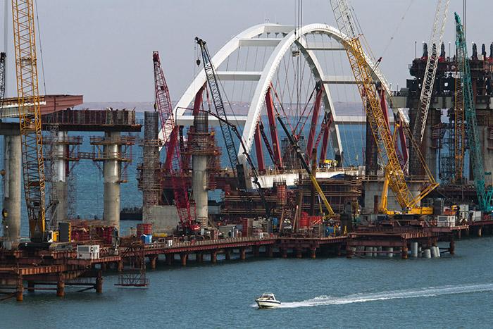 Третьи сутки продолжается установка арки Крымского моста