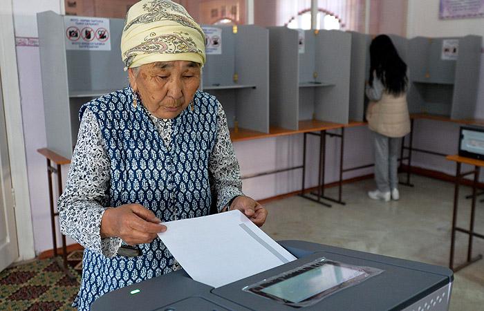 На выборах президента Киргизии лидирует Сооронбай Жээнбеков