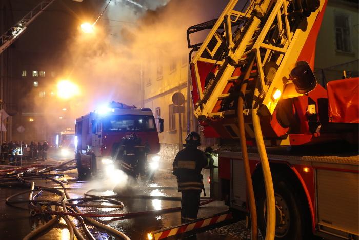 Подвал складского здания загорелся в центре Москвы
