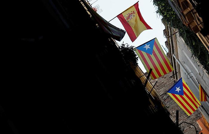 ВКаталонии уже активно спускают флаги Испании
