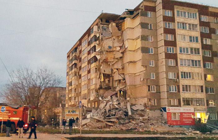 В результате обрушения подъезда дома в Ижевске разрушены 32 квартиры