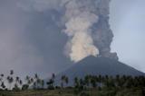 Тысячи туристов задержались на Бали из-за извержения вулкана