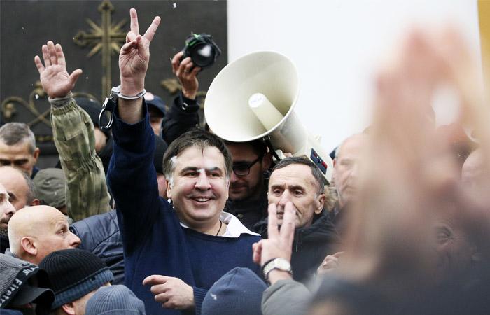 Задержанный Саакашвили вышел из микроавтобуса силовиков и пошел к Раде
