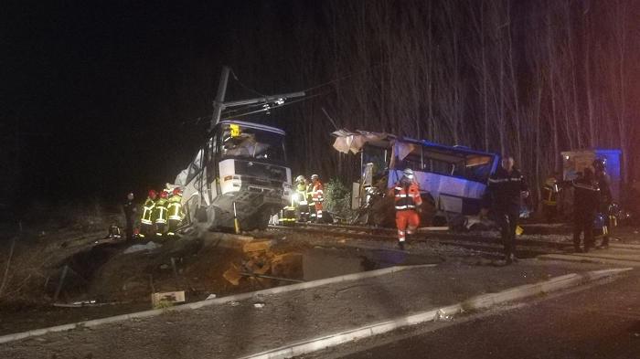При столкновении автобуса и поезда во Франции погибли дети