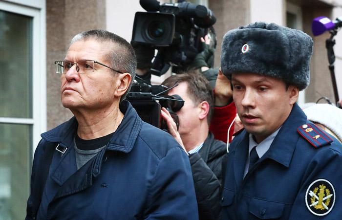 Улюкаев пришел на оглашение приговора с вещами