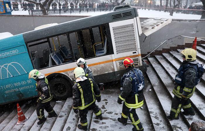 Водитель заявил об отказе тормозов у съехавшего в подземный переход в Москве автобуса