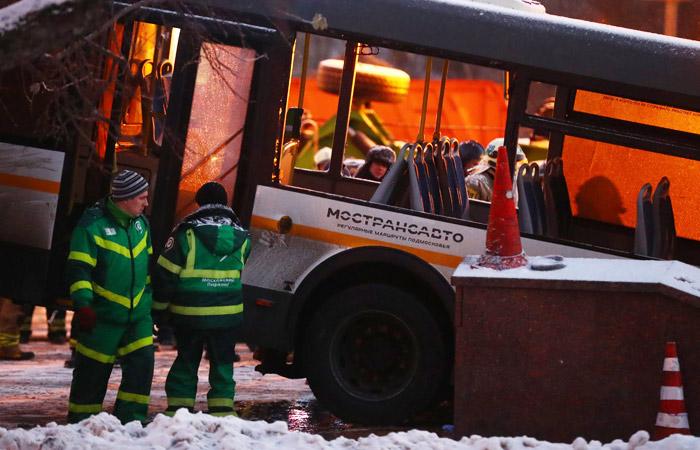 Госпитализирован водитель съехавшего в подземный переход автобуса