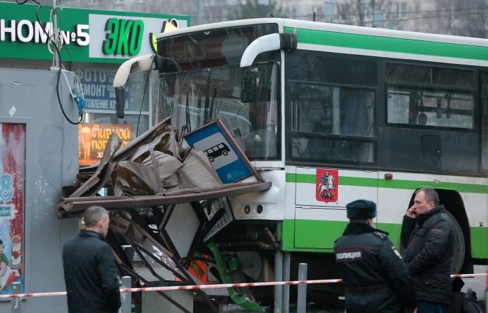 Автобус въехал в остановку в Москве