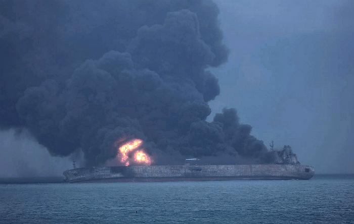 Власти Китая сообщили об угрозе взрыва горящего иранского танкера