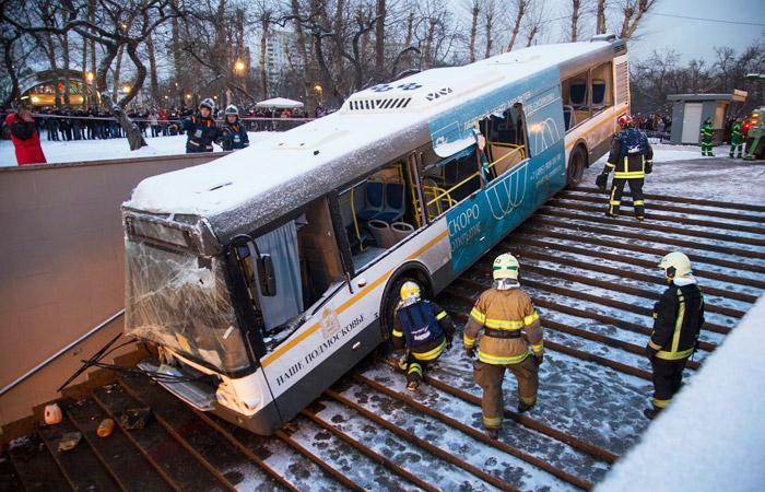 Суд в Москве рассмотрит вопрос об аресте водителя съехавшего в подземный переход автобуса