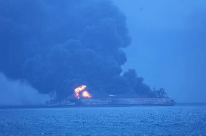 В Иране заявили о гибели всего экипажа танкера после столкновения с сухогрузом