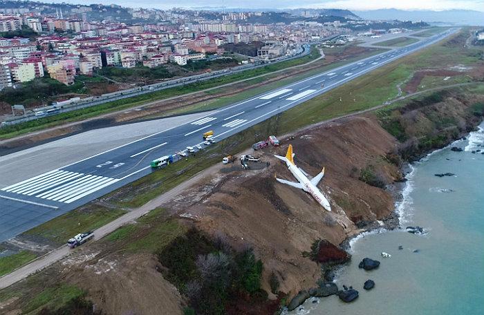 В Турции самолет выкатился за пределы ВПП и съехал со склона