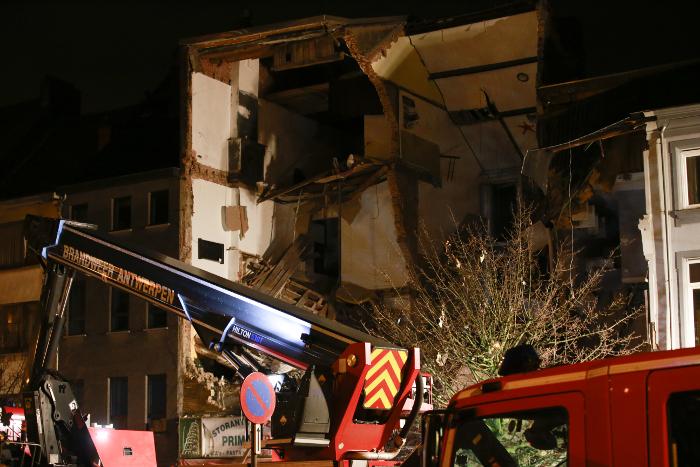 Бельгийские спасатели установили связь с людьми под развалинами взорванного дома