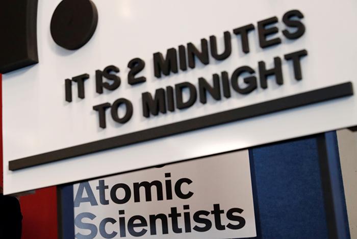 """Стрелки """"часов Судного дня"""" сдвинулись на полминуты к ядерной полуночи"""