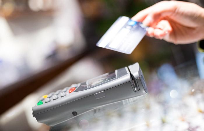В РФ начали тестировать снятие наличных с карт в кассах магазинов