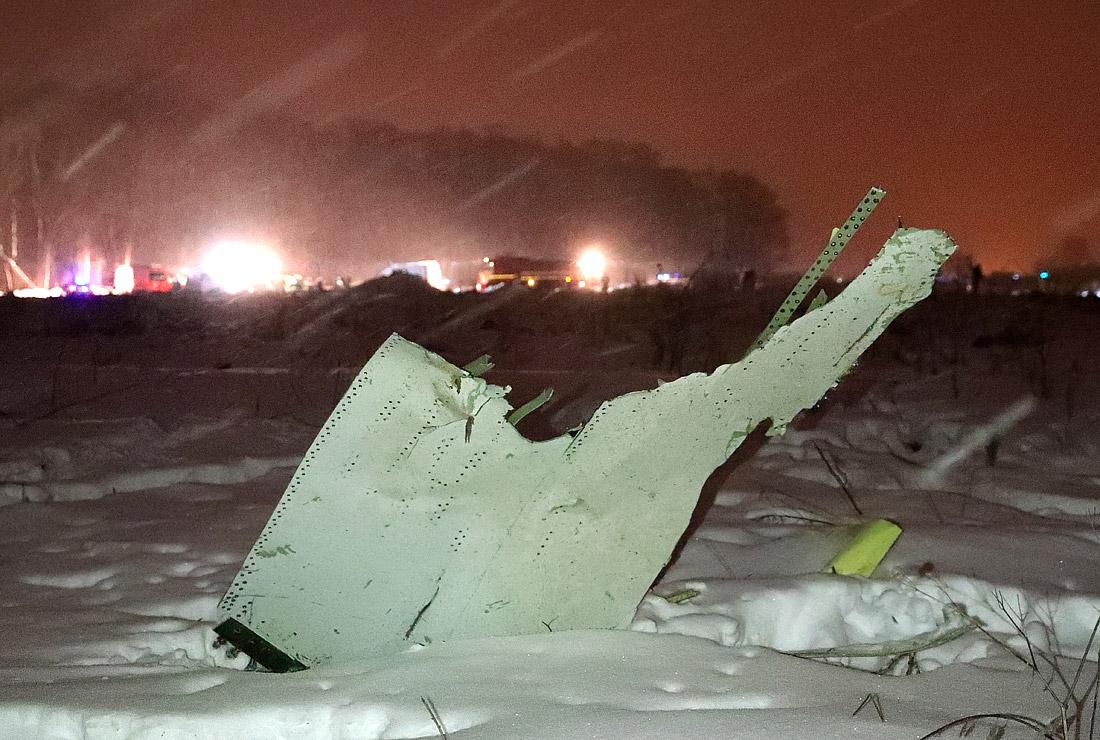 Поисковая операция на месте падения Ан-148 проходит при сильном снеге и ветре, спасатели используют снегоходы и спецтехнику