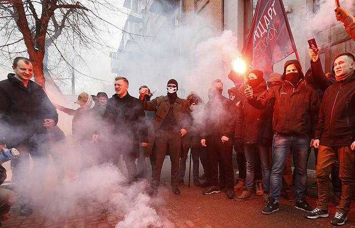 Националисты закидали камнями здания Сбербанка и Россотрудничества в Киеве