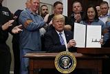 Трамп официально объявил о введении пошлин на сталь и алюминий