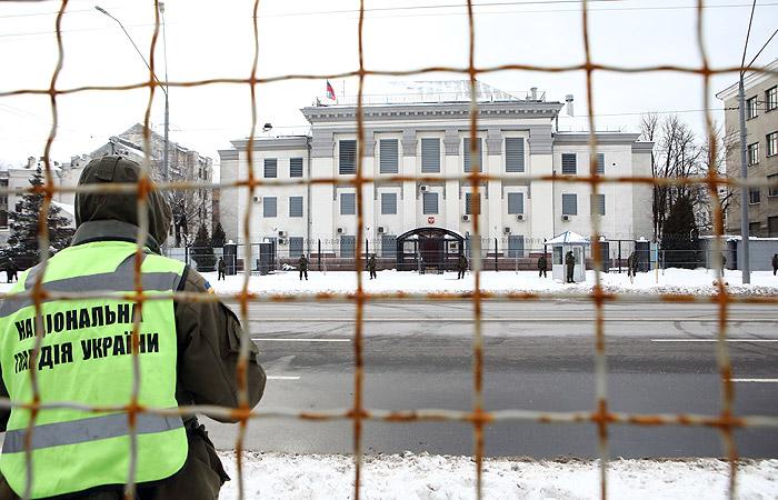 В Киеве полиция не пустила желающих проголосовать на выборах к посольству РФ