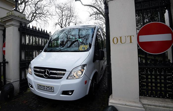 Высланные Британией русские дипломаты покинули посольство встолице Англии