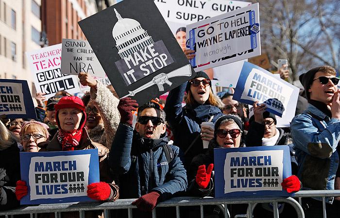Молодежь в США вышла на крупнейшую акцию протеста со времен войны во Вьетнаме