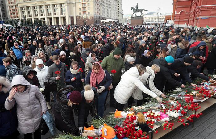 Сотни москвичей пришли на траурную акцию в память о погибших в Кемерове