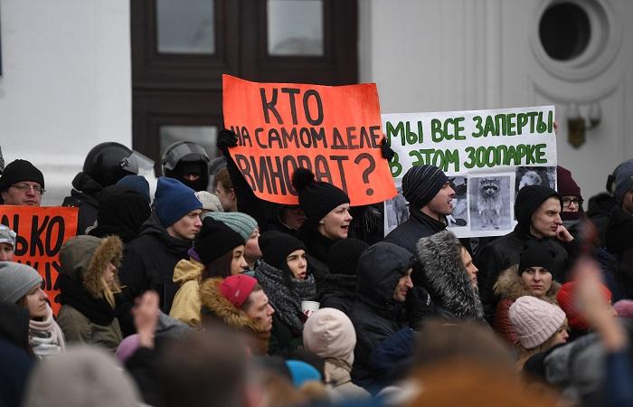 Сотни жителей Кемерова собрались у здания областной администрации