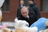 Путин возложил цветы у сгоревшего торгового центра в Кемерове