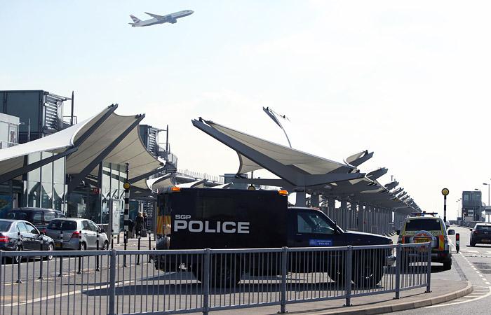 Британские полицейские начали досмотр российского авиалайнера в Лондоне