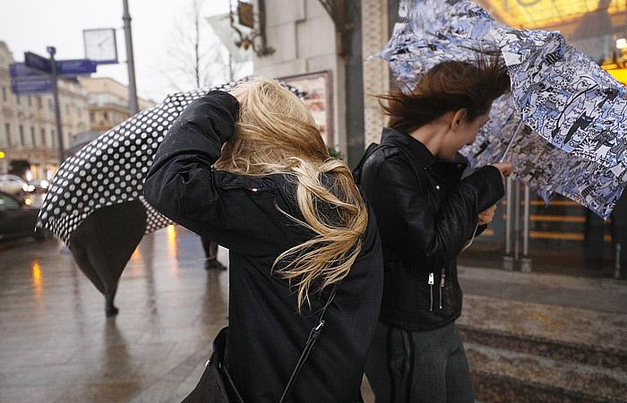 Ураган в Москве повалил сотни деревьев