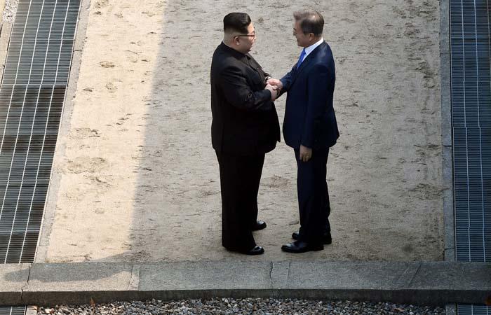 Лидеры двух Корей пожали друг другу руки на демаркационной линии