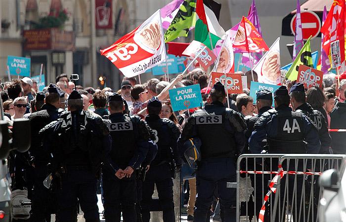 Парижане вышли на улицы в знак протеста против политики Макрона