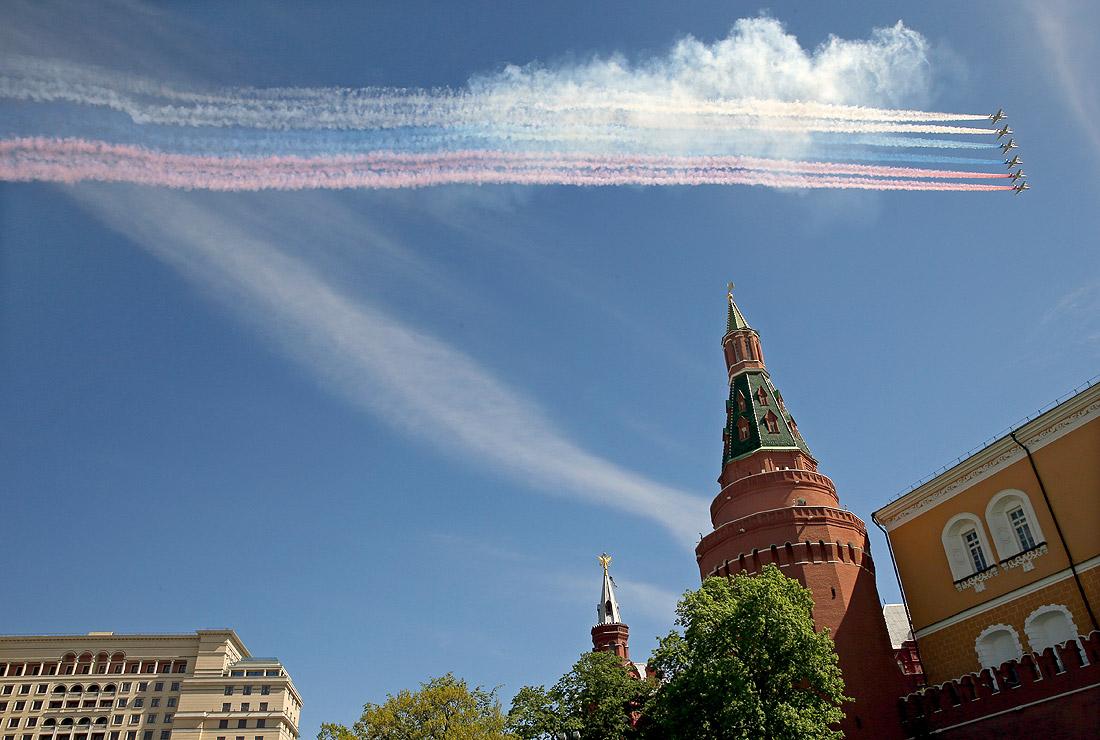 Штурмовики Су-25 раскрасили небо Москвы в цвета российского флага