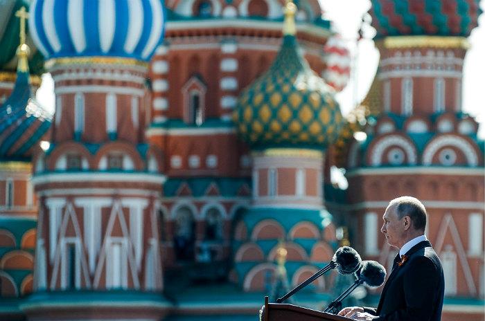 Президент России пообещал не позволить переписать историю подвига советского народа