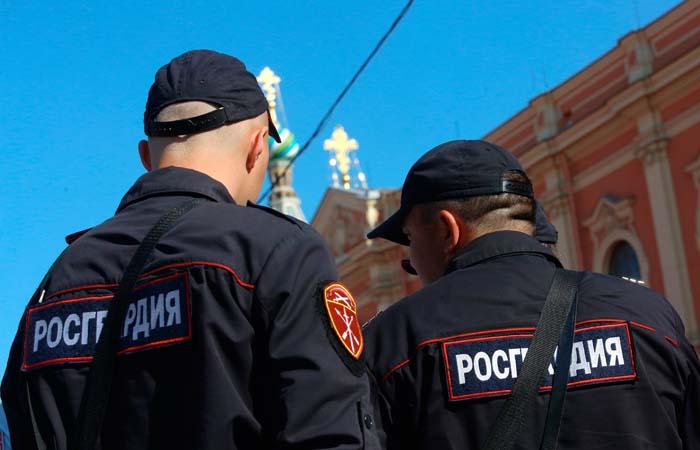Возбуждено дело против мужчины, пронесшего росгвардейца в московском метро