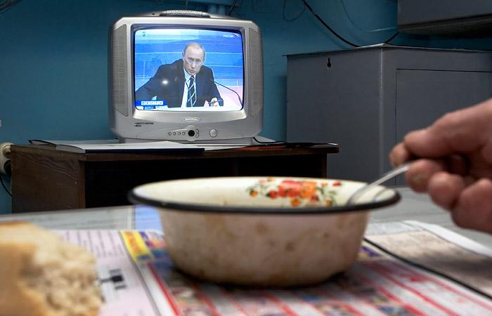 Почти половина россиян включает телевизор ради выпусков новостей