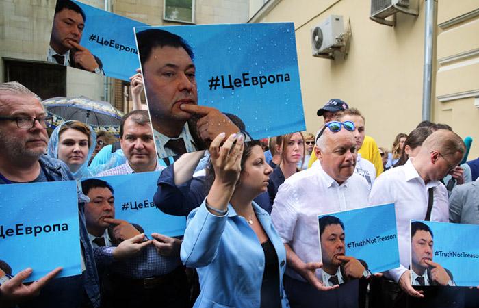 У посольства Украины в Москве собралась акция в поддержку журналиста Вышинского