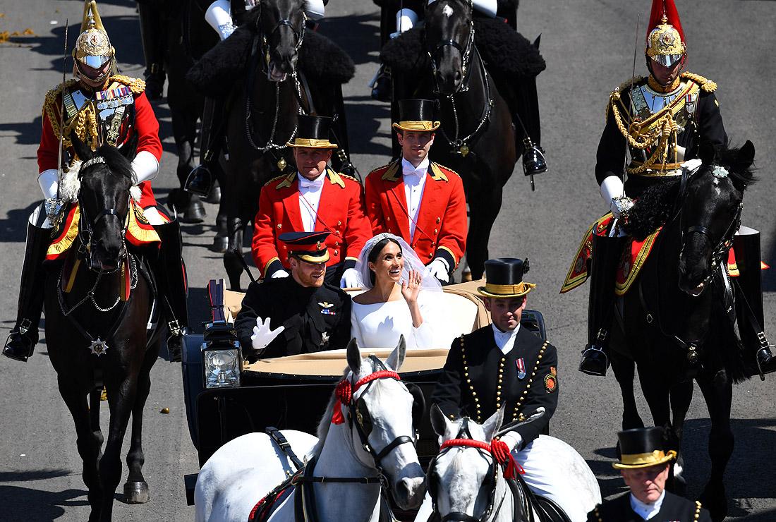 После свадебной церемонии в часовне Святого Георгия принц Гарри и Меган Маркл проехали по улицам Виндзора в конном экипаже - открытом ландо Ascot