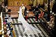 За тем как принц Гарри и Меган Маркл обменивались клятвами и кольцами в часовне Святого Георгия, наблюдали в числе гостей такие знаменитости как актер Джордж Клуни со своей женой Амаль, футболист Дэвид Бекхэм с супругой Викторией, ведущая американских шоу Опра Унфри