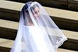 """Свадебный наряд Меган Маркл создал британский дизайнер, креативный директор Givenchy Клэр Уэйт Келлер - длинное белое платье, слегка открывающее плечи, и ажурная фата, голову """"невесты года"""" украсила бриллиантовая тиара"""