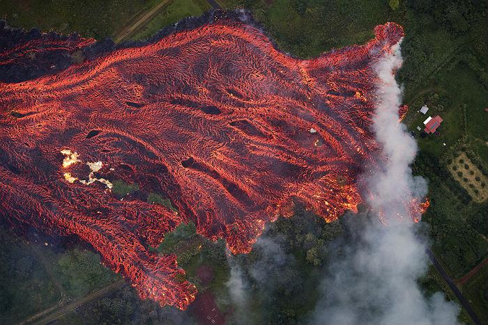 Житель Гавайев пострадал от брызг лавы извергающегося вулкана