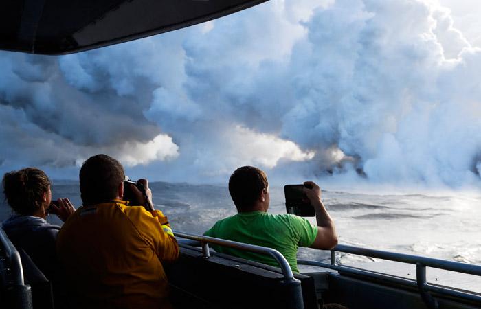 Мужчину забрызгало нагретой лавой вовремя извержения вулкана