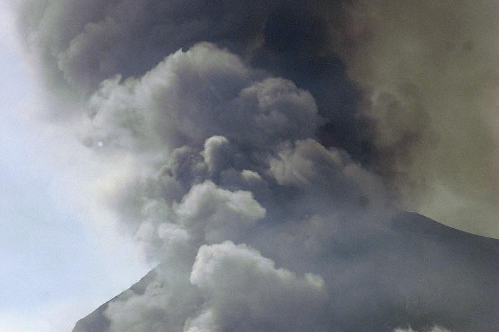 Шесть человек погибли при извержении вулкана в Гватемале