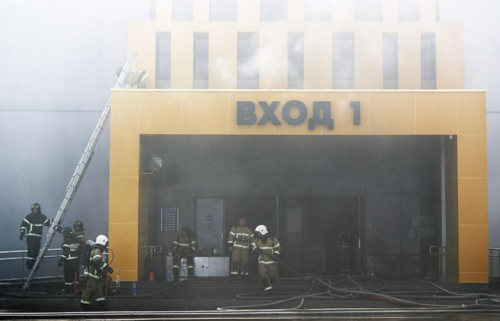 Огонь в казанском торговом центре перекинулся на второй этаж