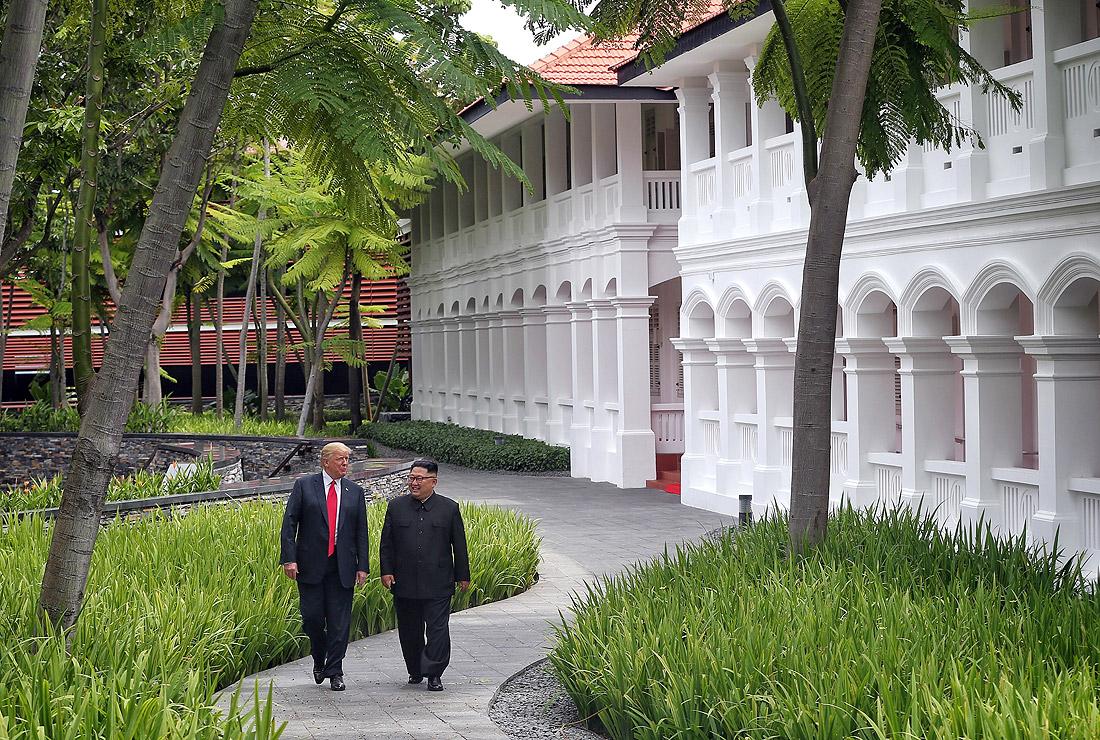 """Прогулка Дональда Трампа и Ким Чен Ына в отеле """"Капелла"""" на острове Сентоса, где проходила их встреча"""