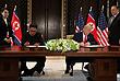 Дональд Трамп и Ким Чен Ын подписывают документ по итогам саммита. Рядом с лидером КНДР его сестра - Ким Йо Чен, около президента США госсекретарь Штатов - Майк Помпео