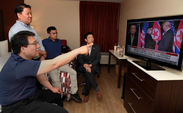 Трамп и Ким Чен Ын начали встречу с рукопожатия