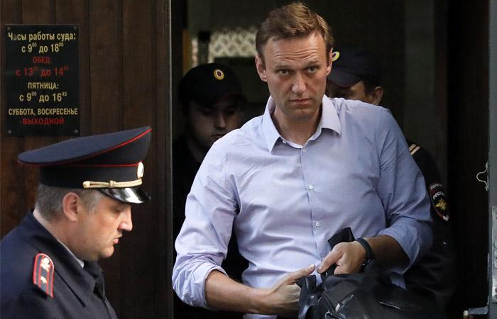 """Навальному продлили на год испытательный срок по делу """"Кировлеса"""""""