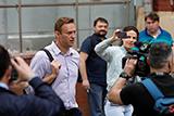 Суд обязал Навального опровергнуть утверждения о даче Прохоровым взятки Хлопонину