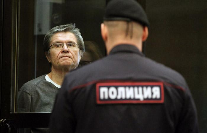 Суд отказался снять арест симущества Улюкаева